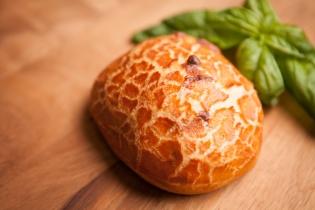 たっぷりバジルとチーズのパリパリブレッド