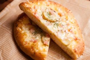 ジャガイモとベーコンのふわふわバジルピザ