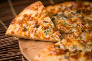 ジャーマンポテトとキノコのピザ