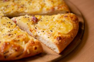 ベーコン&ベイクドポテトピザ